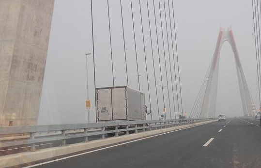 Video hot trong tuần: Xe tải chạy ngược chiều ở cầu Nhật Tân