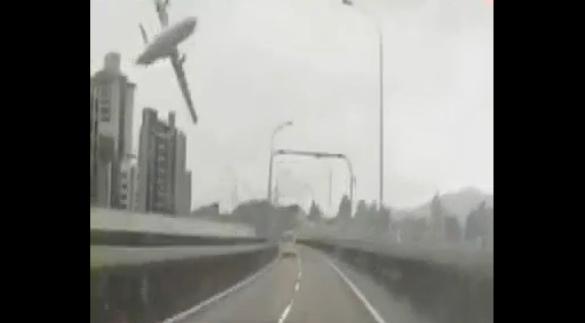 Video hot trong tuần: máy bay TransAsia rơi ở Đài Loan