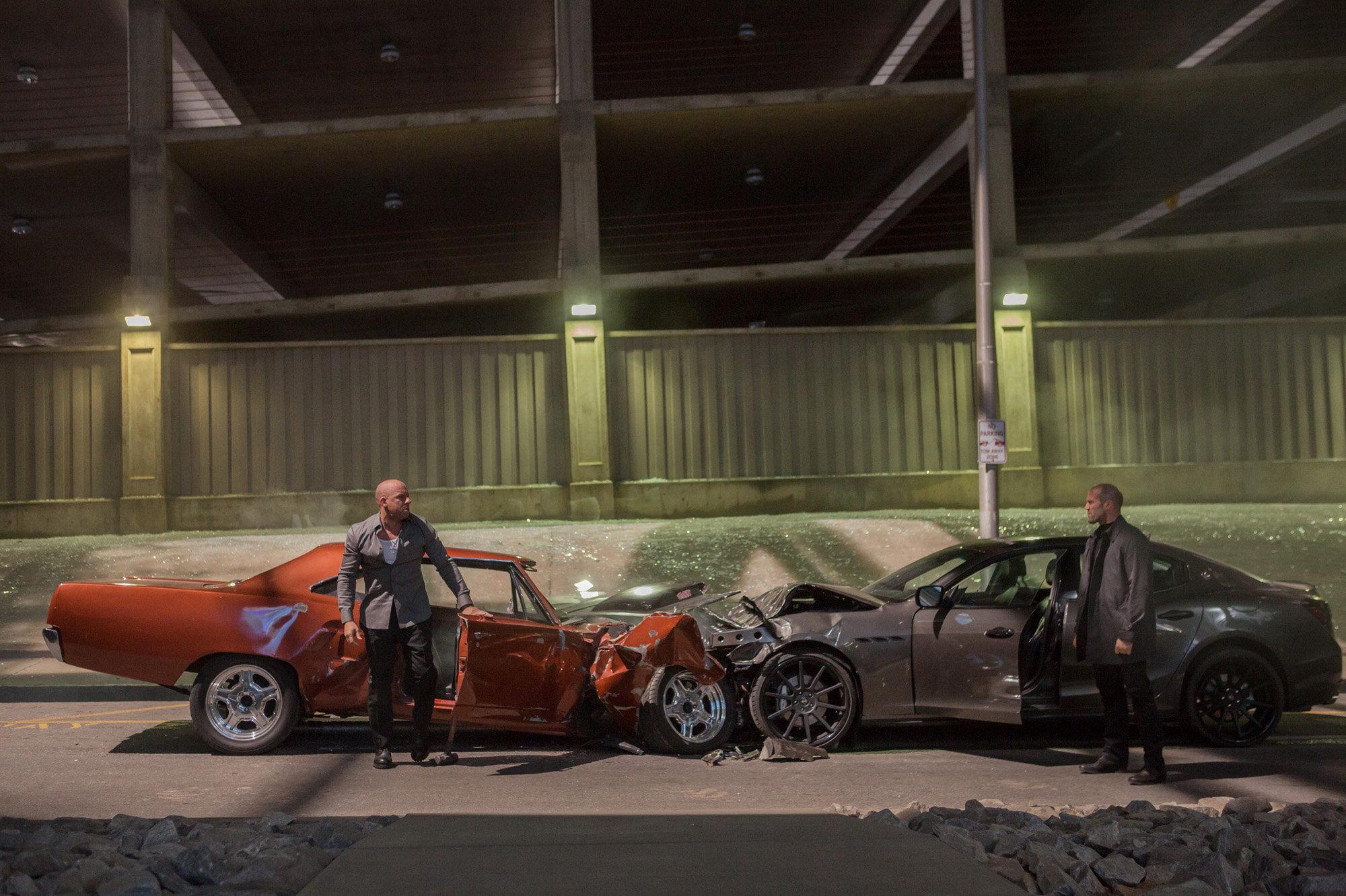 """Cận cảnh những màn """"phá xe"""" của Fast  & Furious 7"""