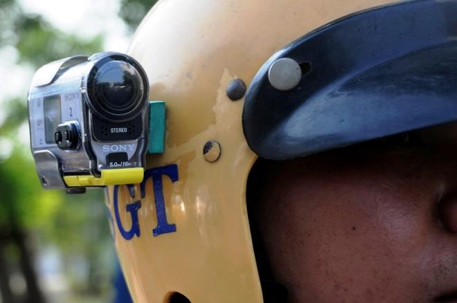 Video hot trong tuần: Gắn camera trên mũ bảo hiểm CSGT