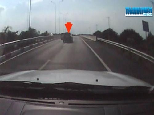 Video hot trong tuần: Ô tô rượt đuổi nhau trên cao tốc Long Thành - Dầu Giây