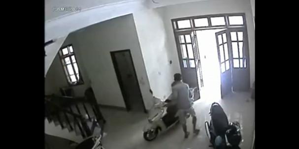 Video hot trong tuần: Trộm xe tay ga như chốn không người