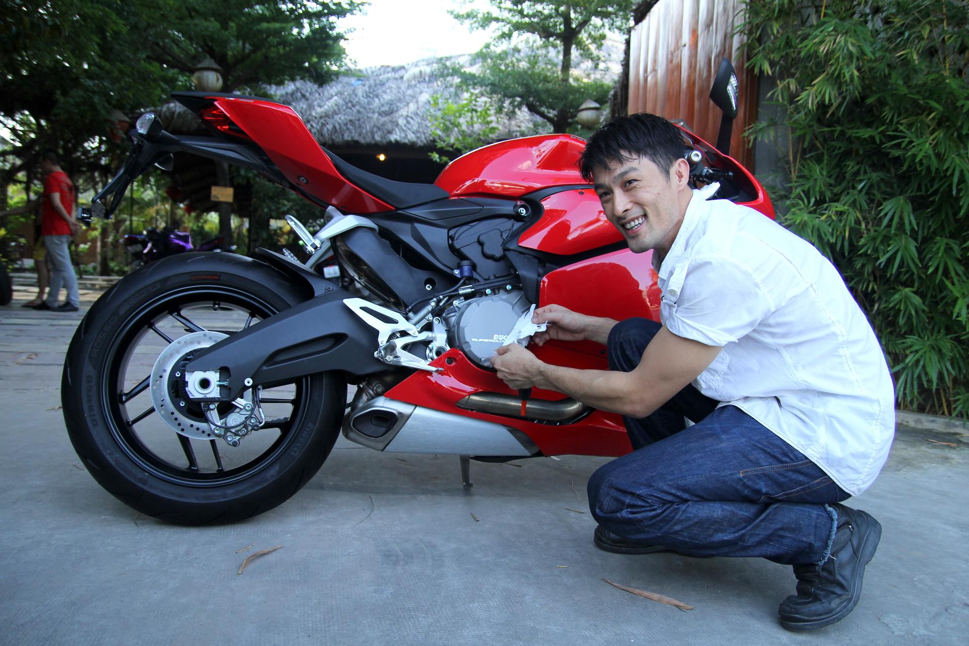 Johnny Trí Nguyễn sắm mô tô Ducati 899 Panigale mới