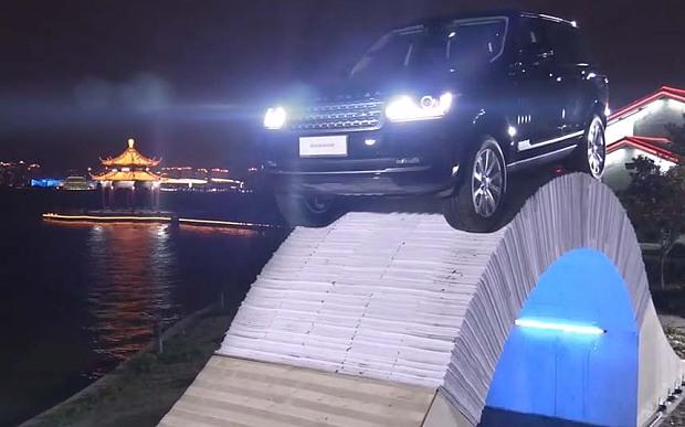 Range Rover vượt cầu bằng giấy tại Trung Quốc