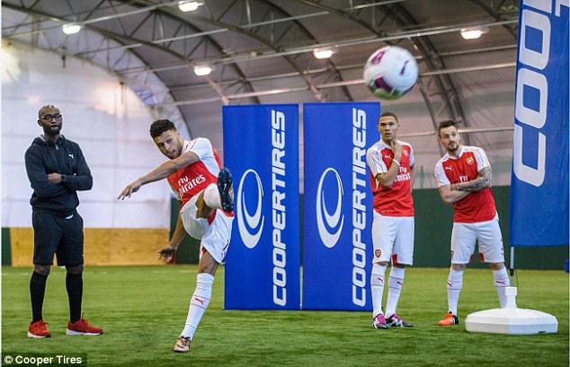Các ngôi sao CLB Arsenal vượt thử thách sút bóng qua vỏ xe cao su