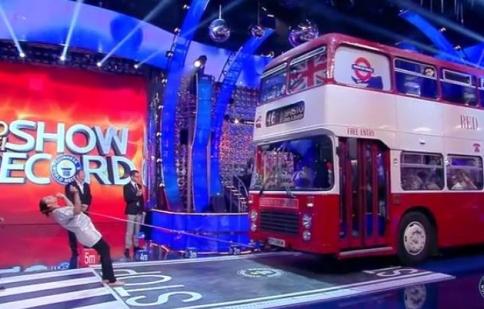 """Nữ """"quái kiệt"""" kéo xe buýt nặng hơn 12 tấn bằng tóc lập kỷ lục thế giới"""