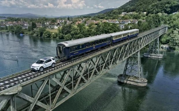 Land Rover Discovery Sport kéo đoàn tàu nặng hơn 100 tấn