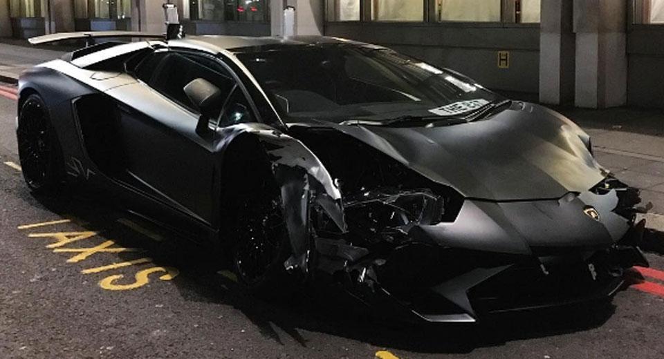 Đua xe trái phép Lamborghini Aventador SV Roadster bị hư hỏng nặng