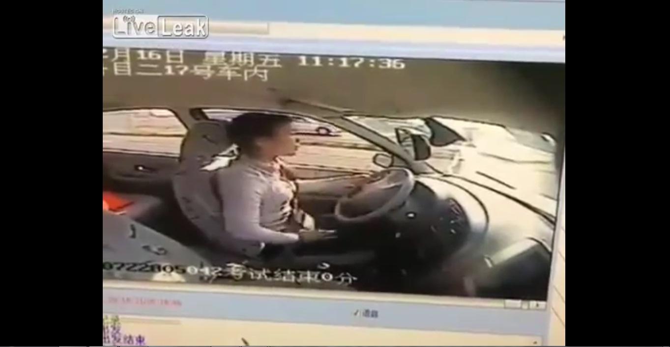 Cô gái liên tục tát vào mặt mình khi thi rớt bằng lái xe