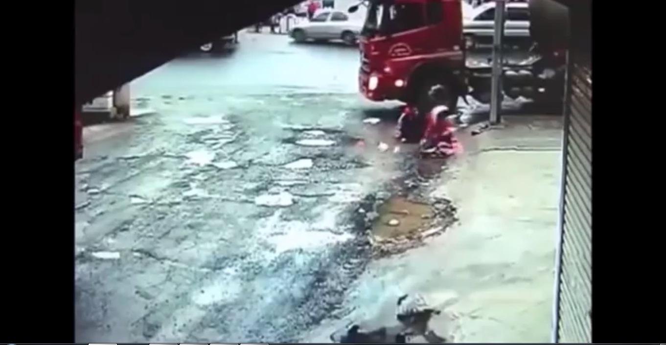 Hai cô gái thoát chết thần kì sau khi bị xe tải húc văng