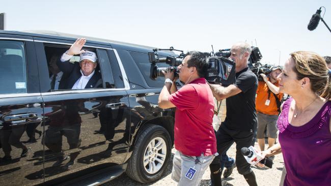 """Donald Trump đi """"siêu xe bọc vàng"""" trong lễ nhậm chức?"""