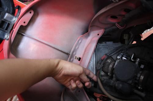 Thu thập mẫu xăng để tìm nguyên nhân cháy xe