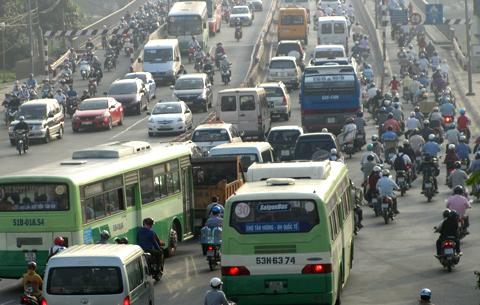'Thu phí lưu hành xe là đổ gánh nặng cho dân'