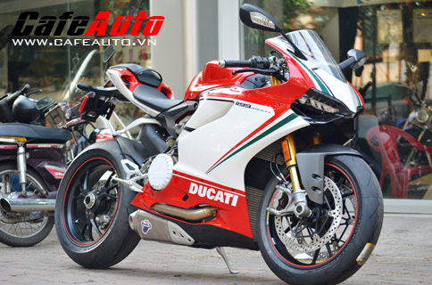 Siêu phẩm Ducati 1199 Tricolore lăn bánh ở Sài Gòn
