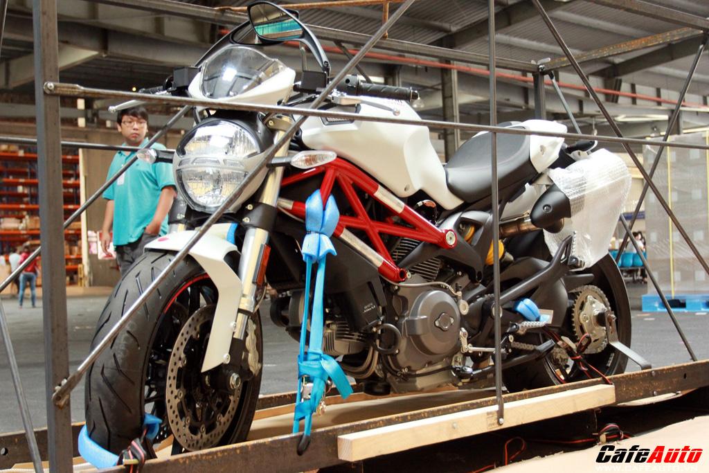 Cặp đôi Ducati Monster 796 2012 cập cảng Sài Gòn
