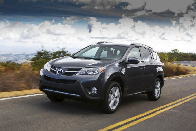 Toyota RAV4 2013 có giá từ 23.300 USD