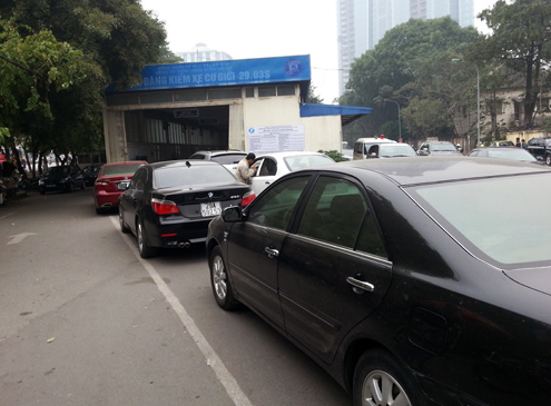 Ôtô xếp hàng chờ đăng kiểm, đóng phí đường bộ