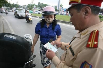 Ngỡ ngàng… quy định mới về giấy tờ bắt buộc với xe máy