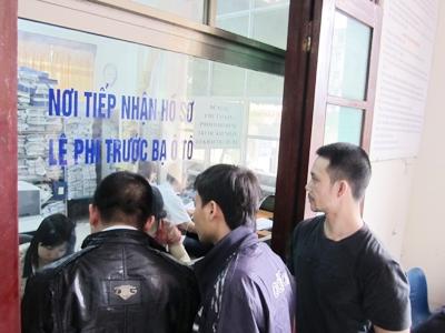 Ngày đầu giảm lệ phí trước bạ ôtô:  Dân nhộn nhịp sang tên, xe cũ đắt hàng