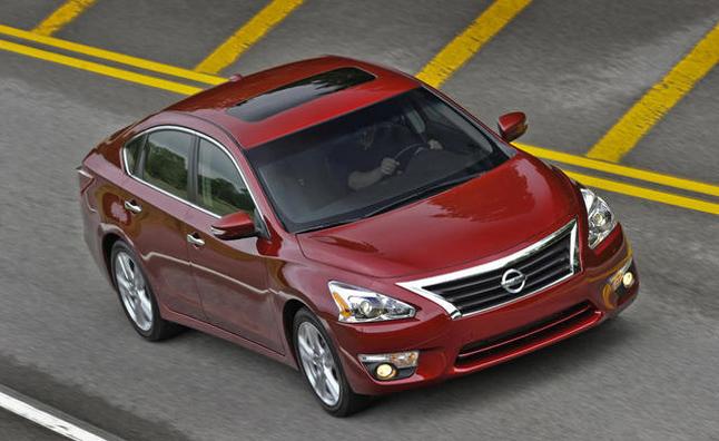 Nissan Altima vượt Toyota Camry về doanh số