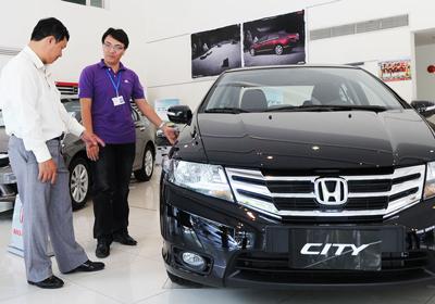 Doanh nghiệp ô tô xả hàng, giảm giá