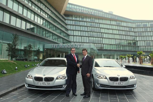 BMW bàn giao 2 xe 520i cho JW Marriott Hanoi