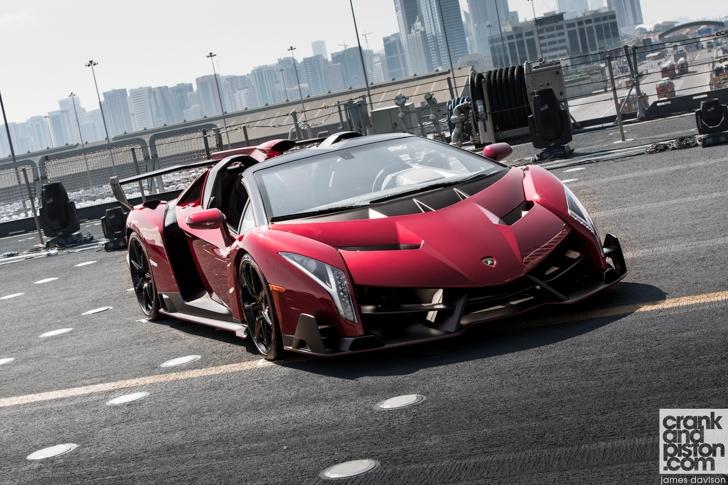 Lamborghini Veneno Roadster trình diễn trên tàu sân bay