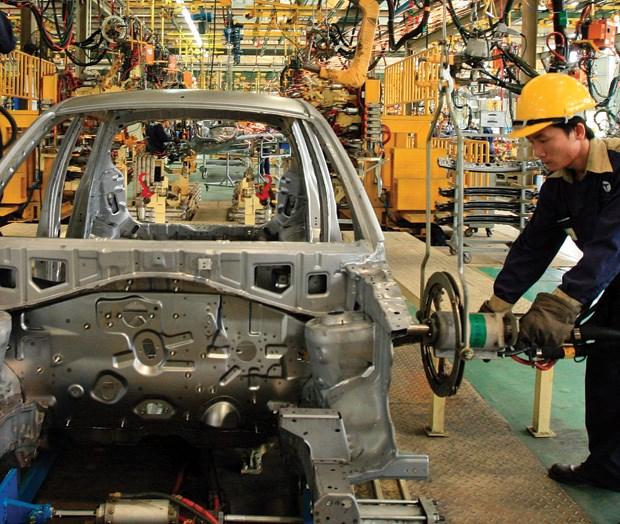 Thuế nhập khẩu cao ngất ngưởng, ô tô nội vẫn kêu thiệt