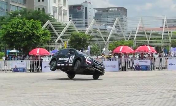 Xem màn trình diễn ô tô bằng 2 bánh tại Saigon Autotech 2014