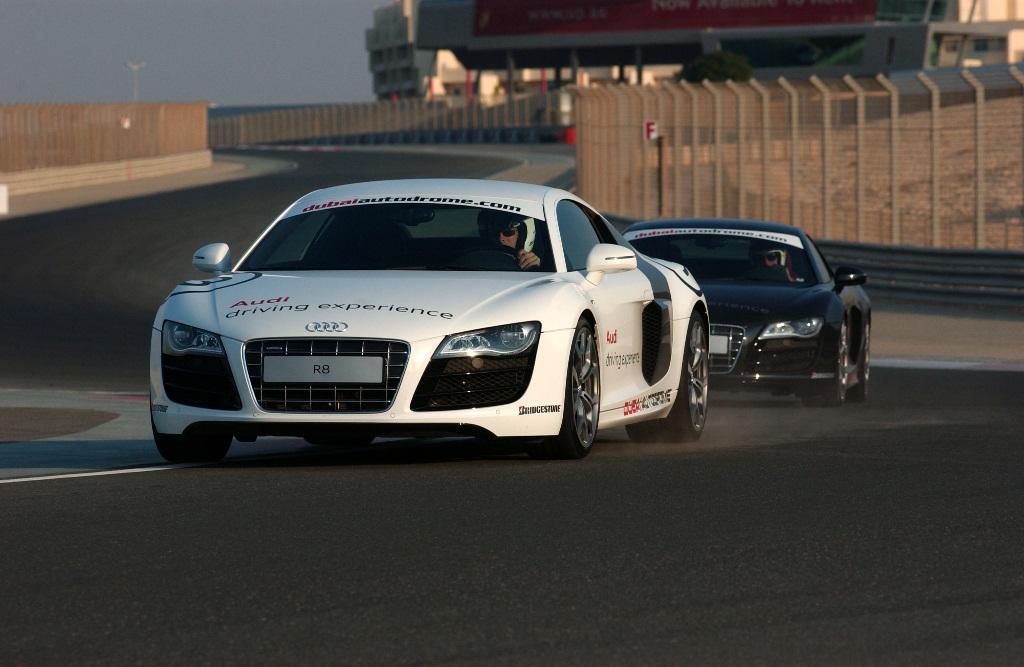 Mua xe Audi tới Dubai lái siêu xe R8