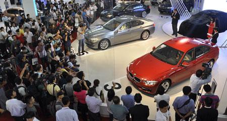 Ô tô Việt Nam đắt hơn nhập khẩu: Bán ai mua?