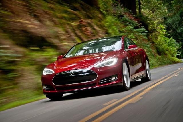 Tesla Model S P85D chiếm ngôi sedan nhanh nhất thế giới