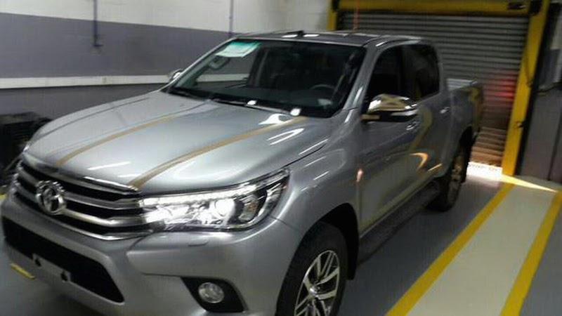 Toyota Hilux lộ diện rõ ràng cùng nội thất
