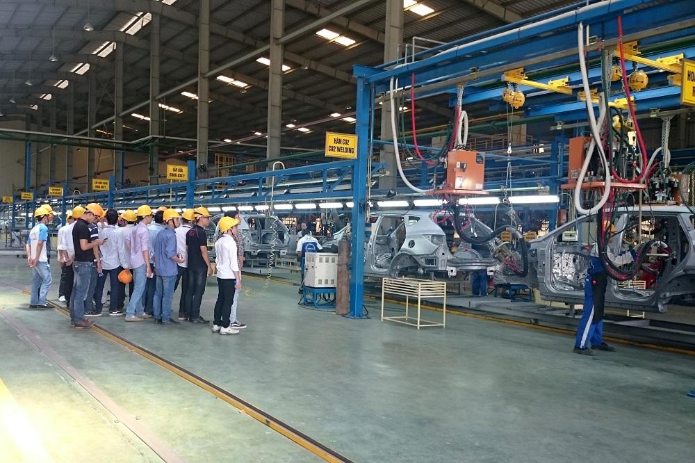 Sinh viên ngành ô tô thực hành tại xưởng Hyundai Thành Công