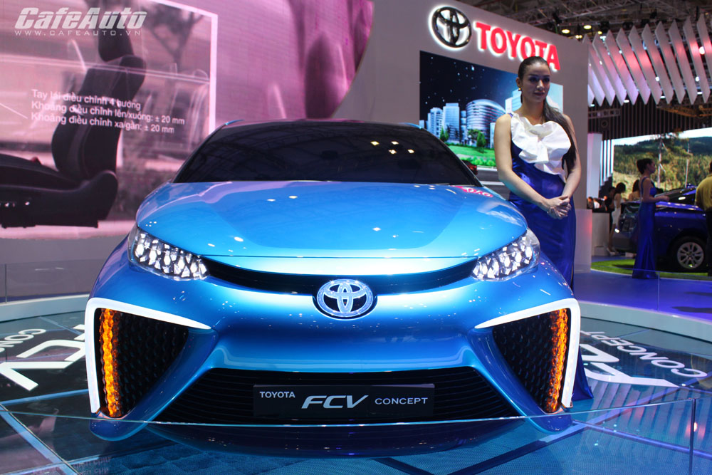 Toyota giới thiệu cặp đôi xe xanh FCV và Prius 2015 tại Việt Nam