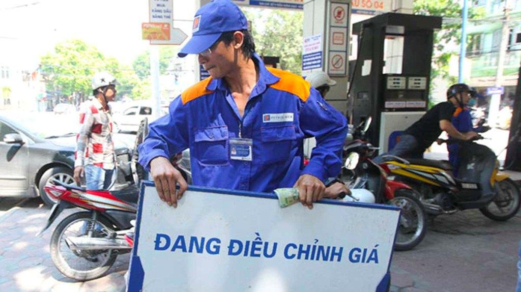 Giá xăng giảm thêm gần 800 đồng/lít