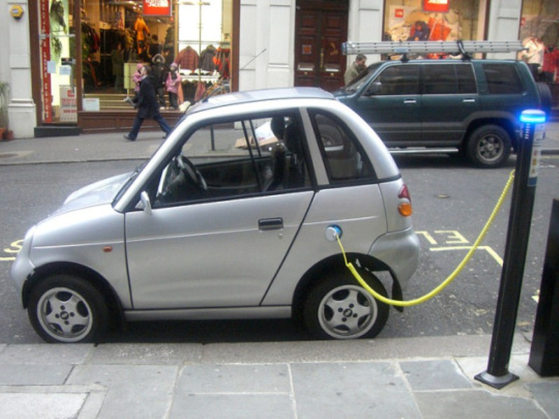 Tại sao ô tô chạy bằng điện ít gây ô nhiễm hơn?