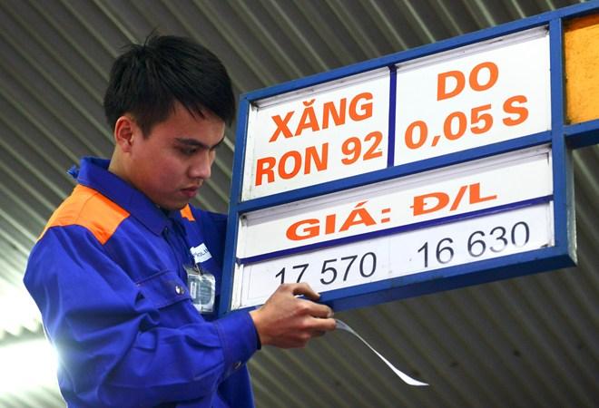 Xăng tiếp tục giảm 178 đồng/lít