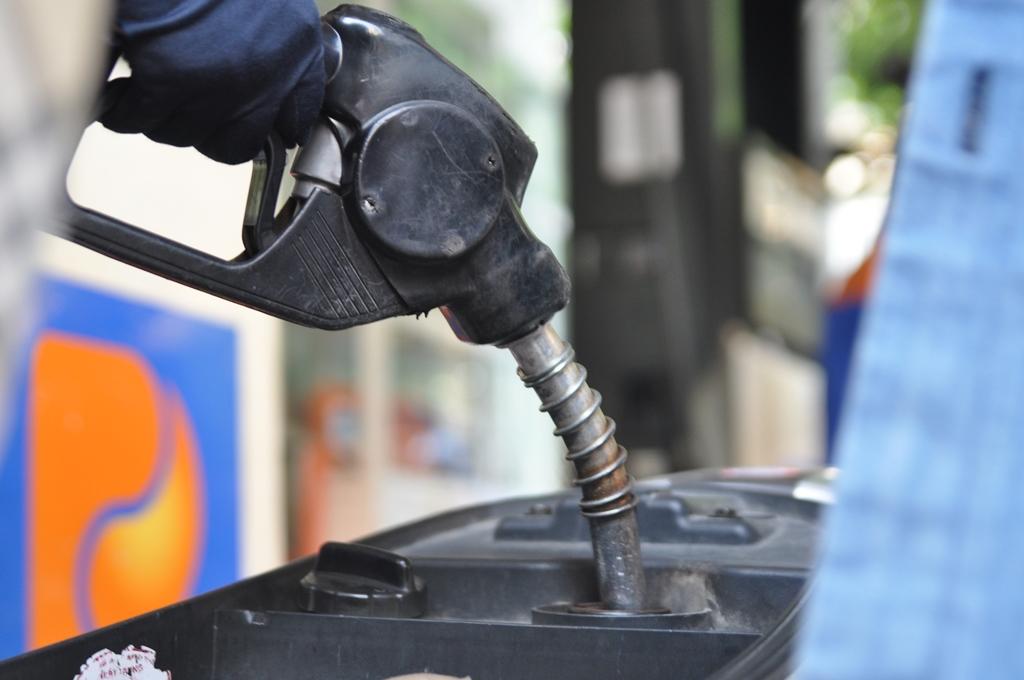 Giá xăng tiếp tục tăng 518 đồng/lít