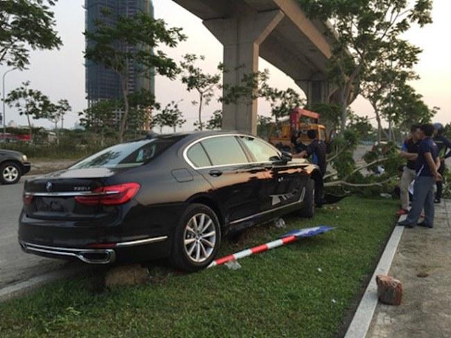 """Xe sang BMW 730 Li """"tử nạn"""" trên đường lái thử"""