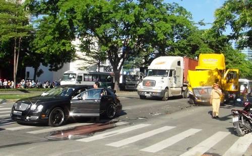 """Siêu xe Bentley 10 tỷ """"gặp nạn"""" tại Sài Gòn"""