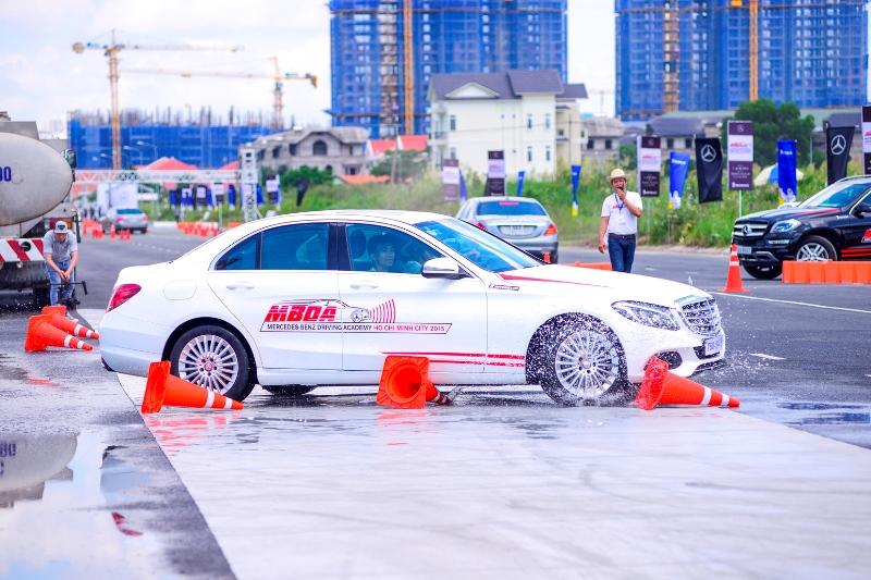 Mercedes-Benz Việt Nam hướng dẫn lái xe an toàn cho khách hàng