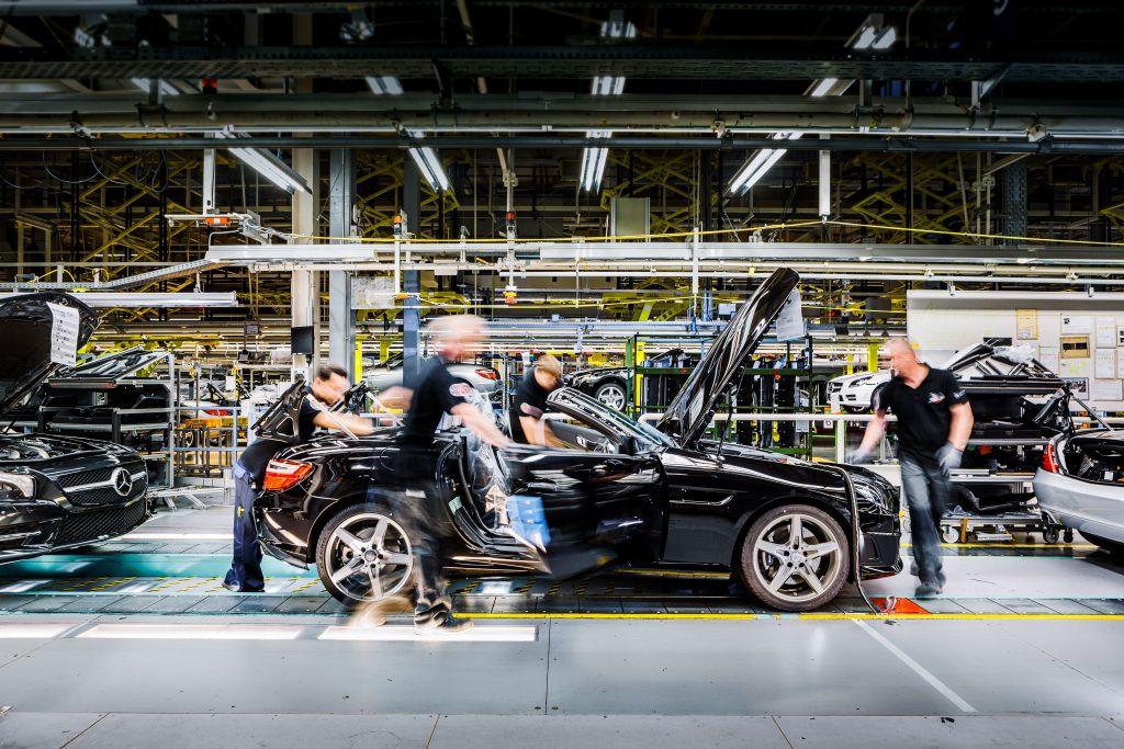Mercedes-Benz và Audi cải tổ sản xuất để chạy đua với BMW
