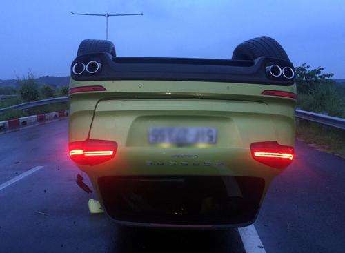 Porsche Cayenne lật ngửa trên đường cao tốc Long Thành - Dầu Giây
