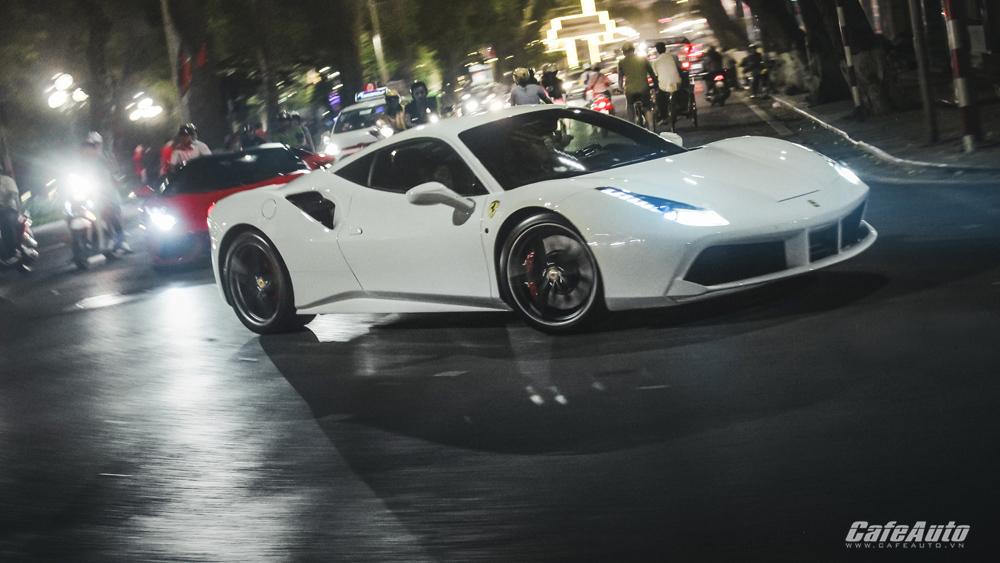 Ngắm Ferrari 488 GTB trắng lăn bánh trên đường phố Hà Nội