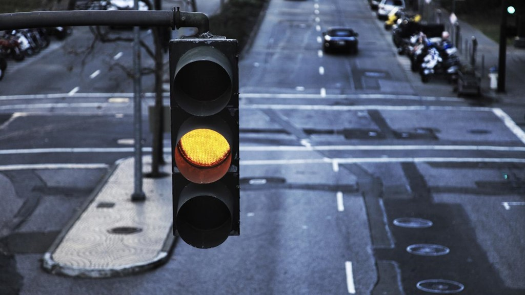 Từ ngày 1/11, người điều khiển phương tiện phải dừng xe khi gặp đèn vàng