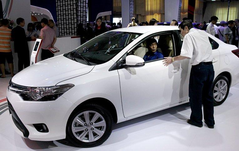 Ô tô cũ đắt hơn xe mới trăm triệu: Nghịch lý dân giàu Việt Nam