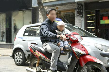 Cẩn thận khi cho con ngồi trước xe máy