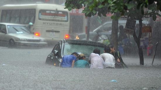 """Xe sedan dễ """"xỉu"""" nếu đi vào đường ngập nước"""