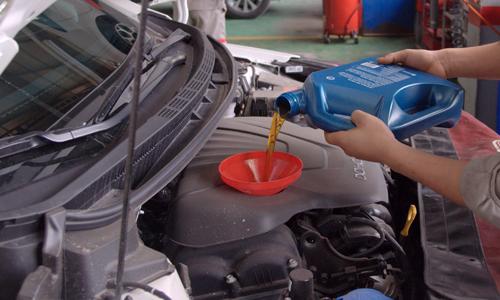 Ở Việt Nam, ô tô đi bao lâu cần thay dầu?